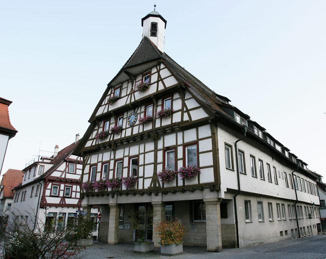 Das Fachwerkegebäude des in Rathauses Blaubeuren