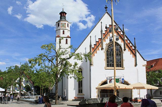 Evangelische Stadtkirche mit Brunnen