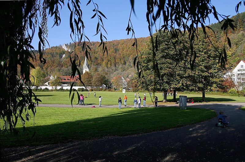Spielende Kinder im Stadtpark