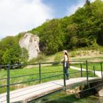 Frau auf Brücke blickt auf den Hohle Fels