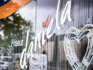 HP Friseur Daniela Schaufenster mit Logo