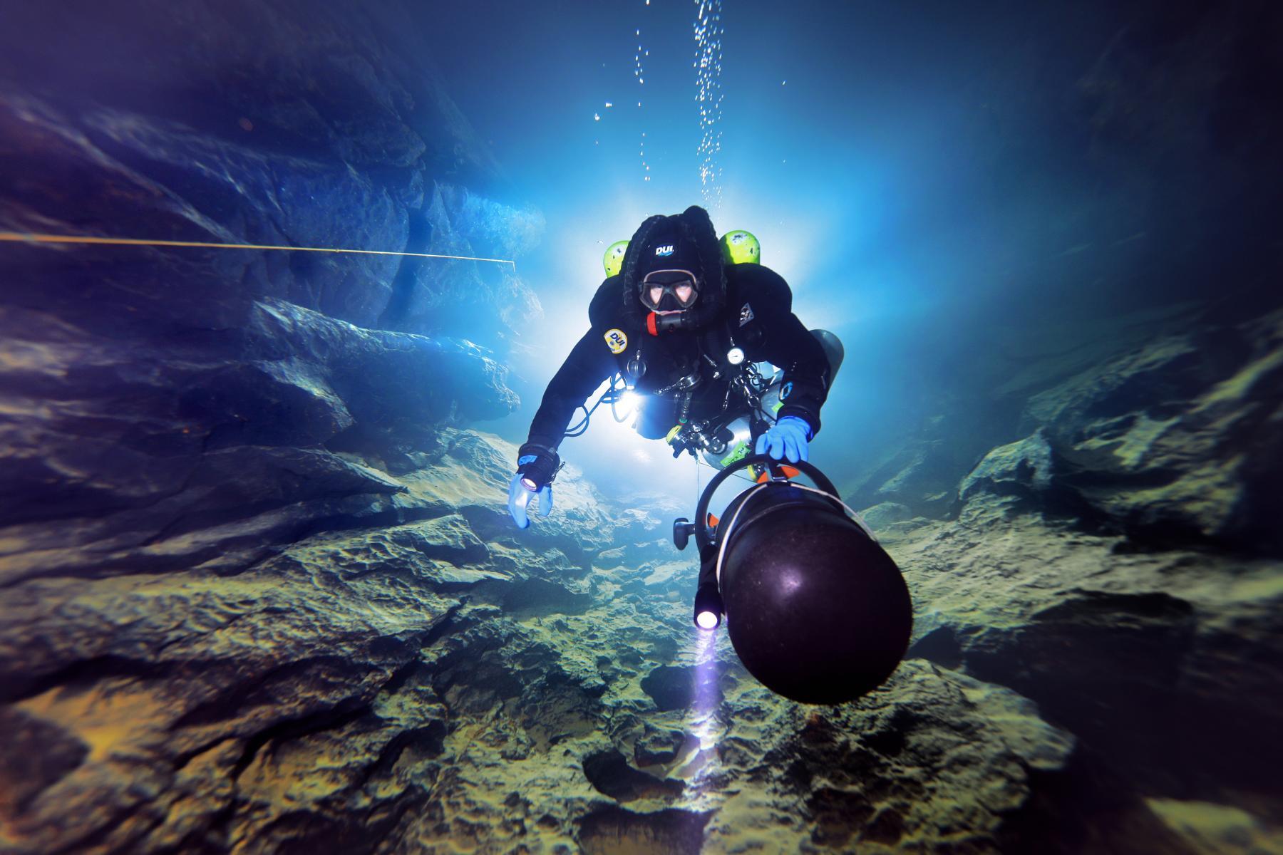 Taucher in der Blauhöhle