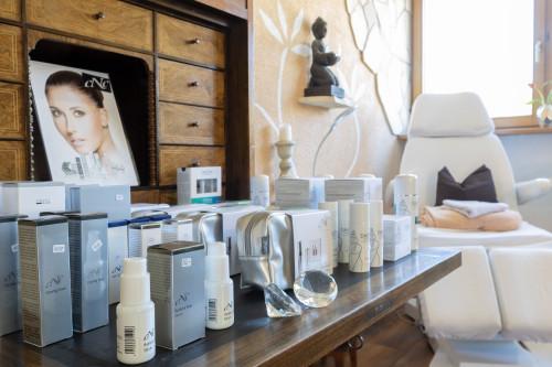 HP Kosmetik Madsack Produkte und Behandlungsstuhl